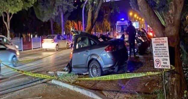 Ağaca çarpan otomobil ikiye bölündü: 1 ölü, 1 yaralı
