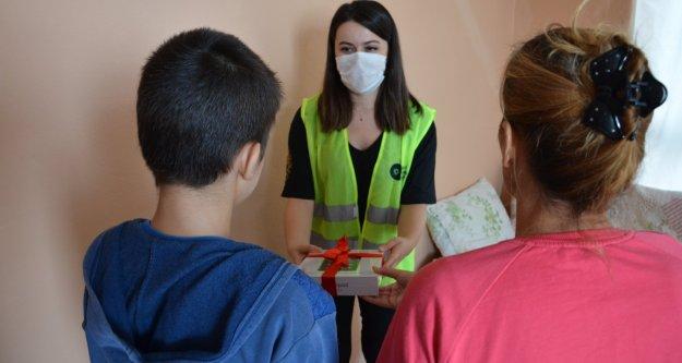 Alanya'daki ihtiyaç sahibi öğrencilere tablet desteği