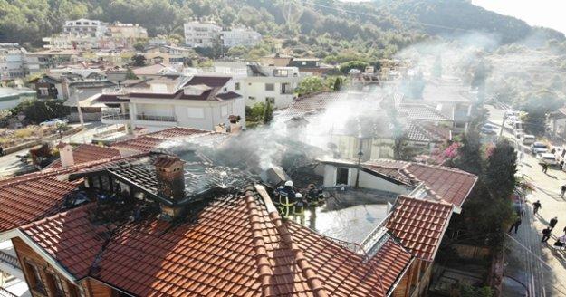 Alanya'da 3 katlı apartmanın çatısı alev alev yandı