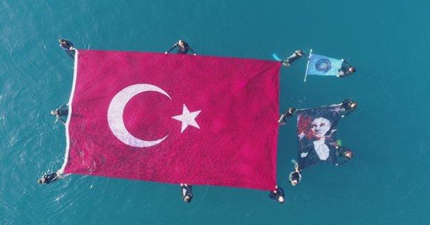 Ata'yı denizde açtıkları 54 metrekarelik bayrakla andı