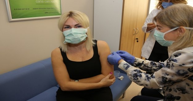 AÜ'deki ilk aşı gönüllü olarak Rektör Özkan'a yapıldı