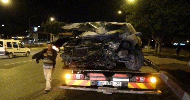 Önce kaldırımdaki yayaya sonra ağaca çarpan otomobil takla attı: 2 yaralı