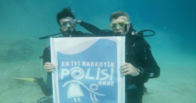 Suyun altında uyuşturucuyla mücadele pankartı