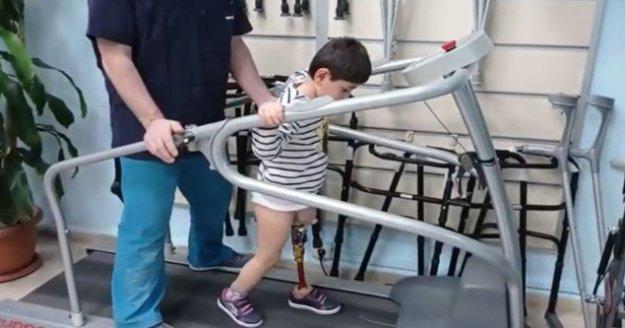 """'Baba koşabilecek miyim?"""" diye sordu, yeni protezine kavuştu"""