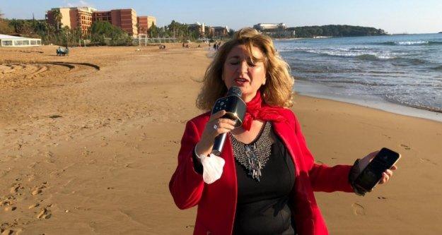 Pandemiden dolayı sahne alamayan sanatçı, denize karşı konser verdi