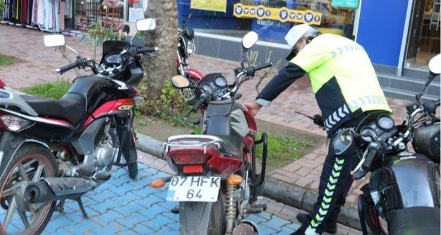 Şüphe üzerine incelenen motosikletin plakası sahte çıktı