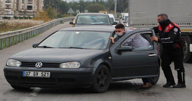 Yunus polisinden yolda kalan sürücüye yardım