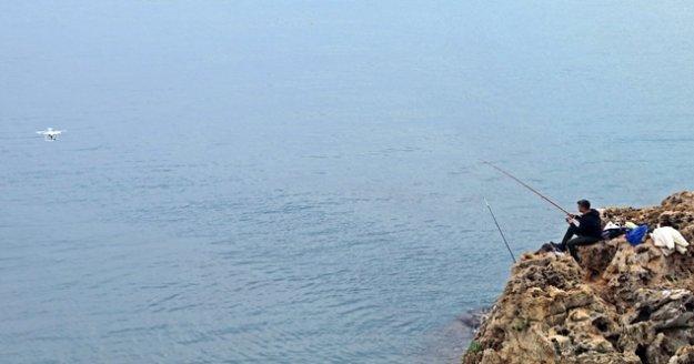 30 metrelik uçurumun kenarında tehlikeli balık avı