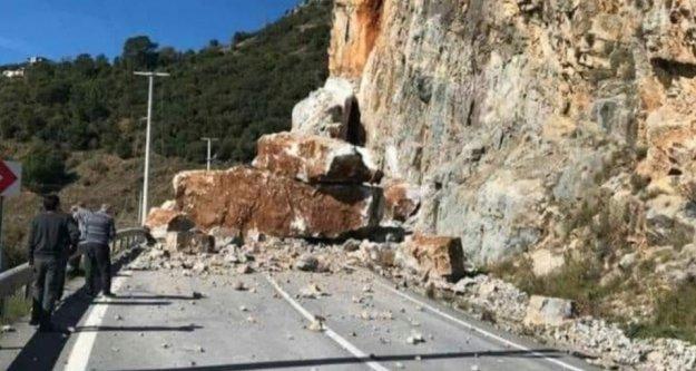 Alanya-Anamur yolu heyelan nedeniyle trafiğe kapandı