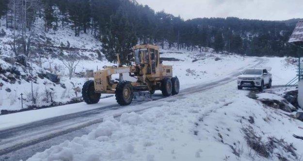 Alanya'da kardan kapanan yol açıldı