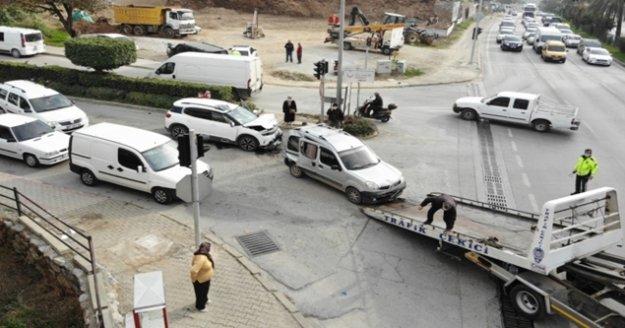 Alanya'da kırmızı ışıkta 3 araçlı zincirleme kaza: 4 yaralı