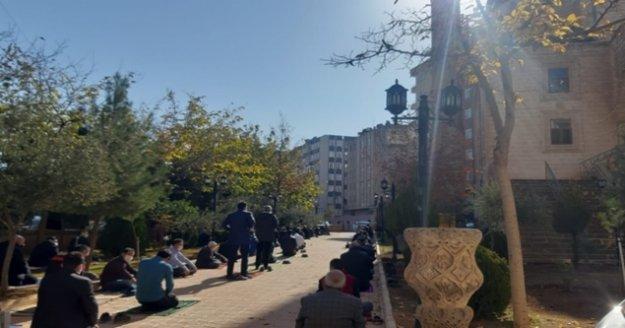 Alanya'da kısıtlamada uygulanan cuma namazı esnekliğinde vatandaşlar camileri doldurdu