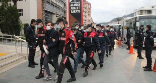 Alanya'da uyuşturucu operasyonunda gözaltına alınan 25 kişi adliyede