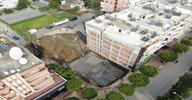 Alanya'da yıkım sırasında temeli zarar gören 38 yıllık bina boşaltıldı