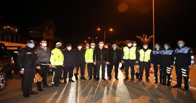 Alanya'da sağlık çalışanları ve güvenlik güçlerinin yeni yılı görevi başındayken kutlandı