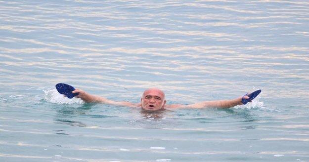 Antalya'da soğuğa inat deniz keyfi