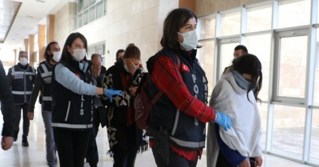 Antalya'da 1 milyon liralık ziynet eşyası vurgunu yapan 'Altın Kızlar' tutuklandı