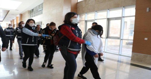 Antalya'da 'altın kızlardan'1 milyon TL'lik vurgun