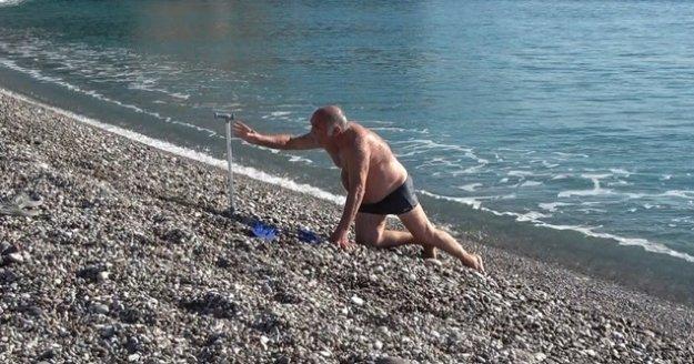 Bastonuyla buz gibi denize girip soğuğa meydan okudu
