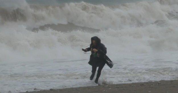 Dev dalgalara aldırış etmeden fotoğraf çekinmeye geldiler