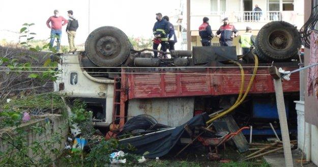 Freni boşalan sondaj makinesi yüklü kamyon apartmanın bahçesine uçtu