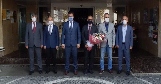 Müdür çiçeklerle ve plaketle uğurlandı