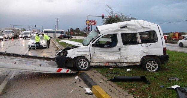 Tırla çarpışan ticari araç sürücüsü ağır yaralandı
