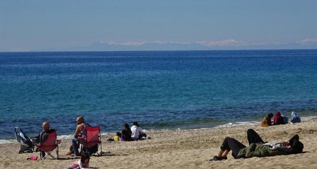 Alanya'da karla kaplı Toros Dağları manzarası eşliğinde deniz keyfi