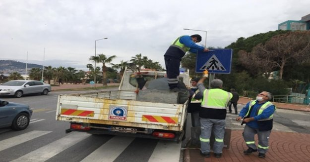Alanya'da trafik levhaları tek tek elden geçiriliyor