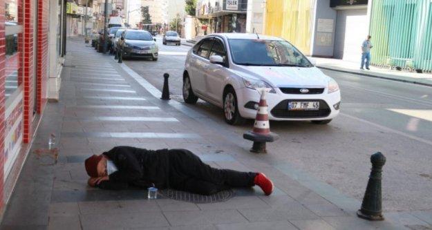 Alkollü kişi, kaldırımda sızdı kaldı