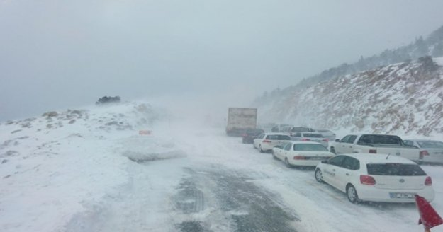 Antalya - Konya karayolunda kar kalınlığı 40 santimetreye ulaştı