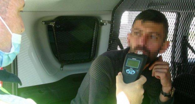 Kısıtlamada polisten kaçan alkollü sürücü duvara çarpınca yakalandı