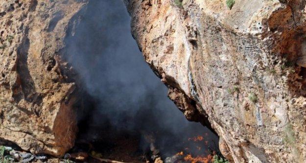 Mağaradan çıkan siyah dumanlar itfaiye ve polisi alarma geçirdi