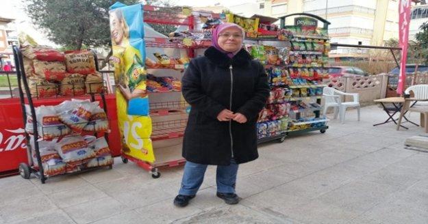 Rüzgara kapılan stadından arkasınan koşan market sahibi:' İzledikçe gülüyorum'