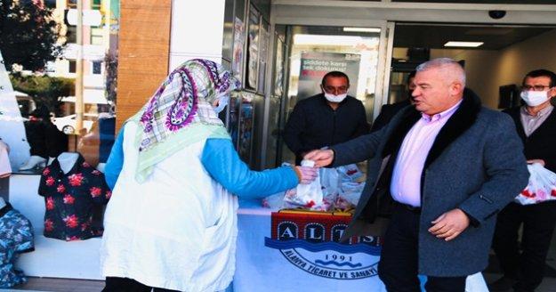 Şahin'den vatandaşlara kandil simidi ikramı
