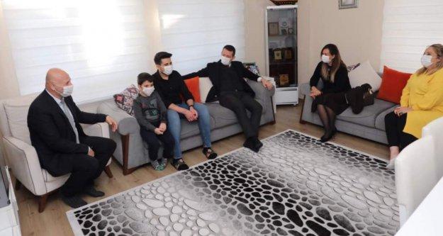 Şehitlerimizin ailelerini ziyaret etti