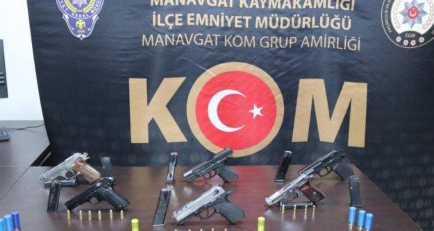 Sevgilisinin evine sakladığı silahlar polis baskınıyla bulundu