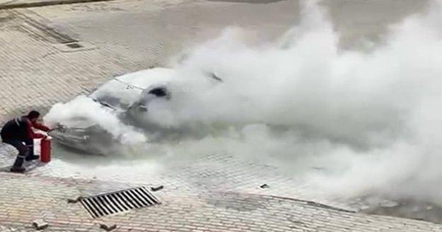 Alanya'da hareket halinde alev alan otomobili, vatandaşlar söndürdü