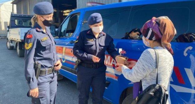Alanya'da jandarmadan kadınlara jest