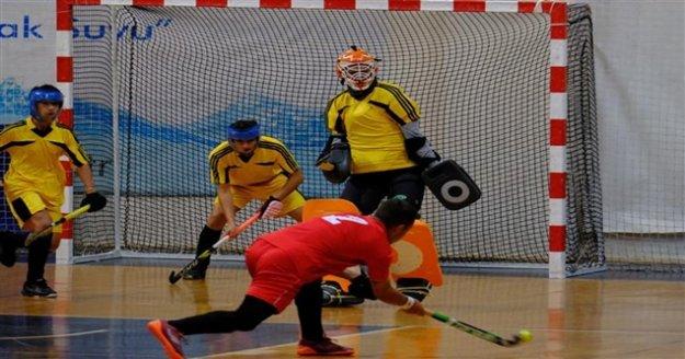 Alanya'da kadınlar ve erkekler hokey maçları başladı