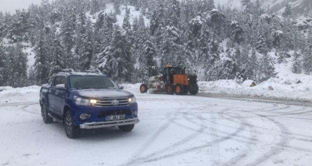 Alanya yolunda kar savaşçılarının zorlu mesaisi