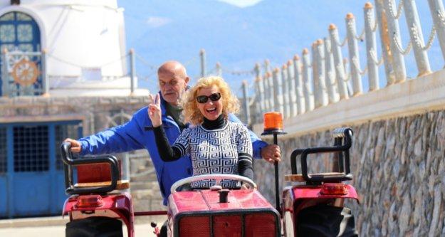 Alman çiftin Alanya sokaklarında traktörle tur keyfi