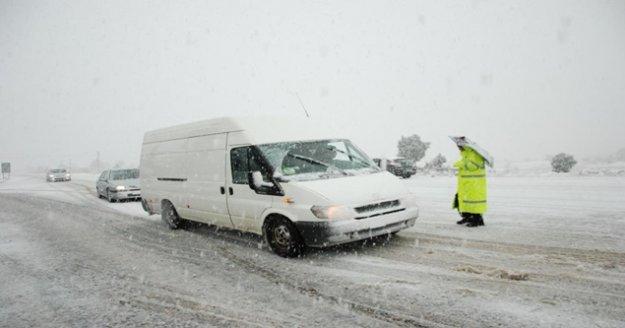 Antalya-Konya karayolunda kar kalınlığı 60-70 santime ulaştı