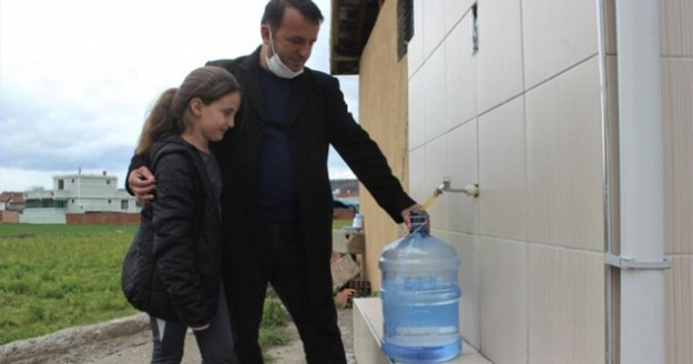 Bir liraya bir damacana su satıp 13 öğrenciye burs verdi