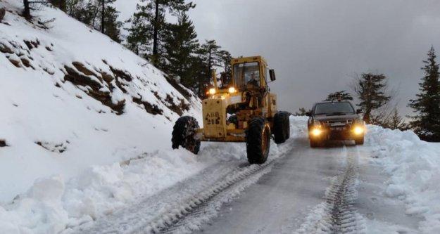 Karla kapanan Alanya yolu açılıyor