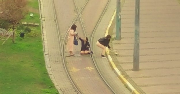 Turistlerin, tramvay yolunda canlarını hiçe saydıkları selfi çılgınlığı
