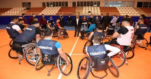 Vali Yazıcı milli sporcuları yalnız bırakmadı