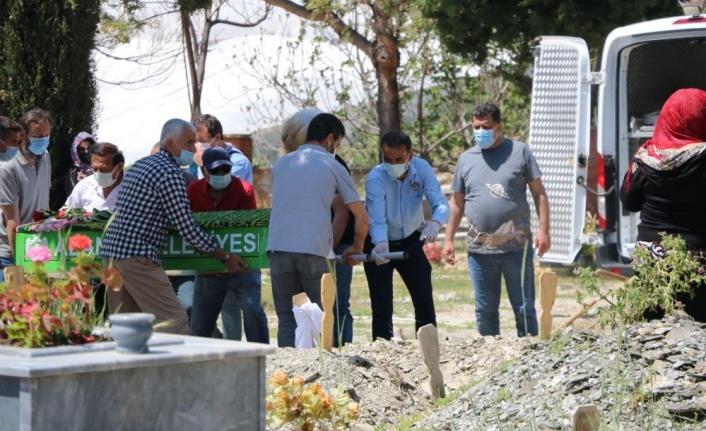 Alanya'da evinde ölü bulunan kadın gözyaşları arasında toprağa verildi