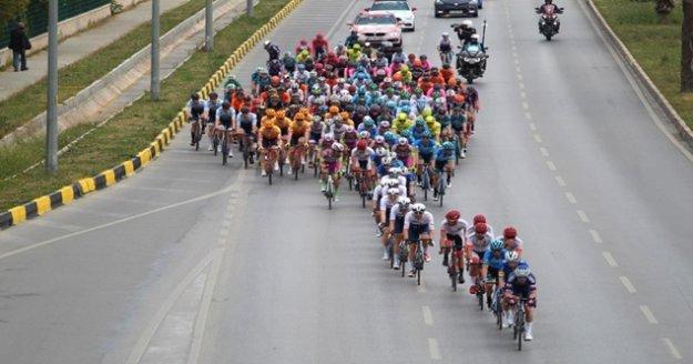 Alanya'da vatandaşlar 56. Cumhurbaşkanlığı Türkiye Bisiklet Turu'nu ilgiyle takip etti