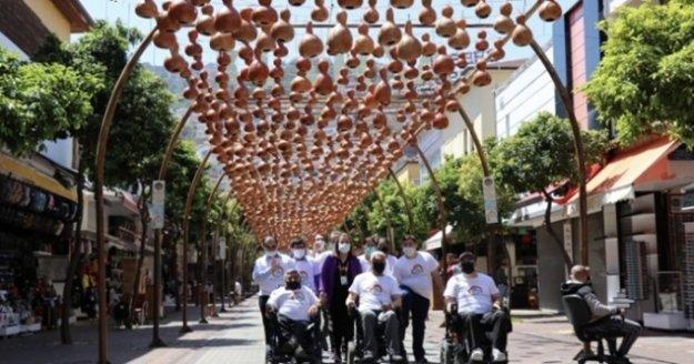 Alanya'da engelli bireylerin ellerinden çıkan kabaklar sokak lambası oldu